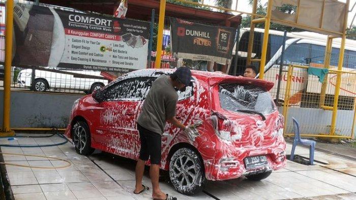Kebiasaan Ini Bisa Bikin Baret Bodi Saat Mencuci Mobil Sendiri