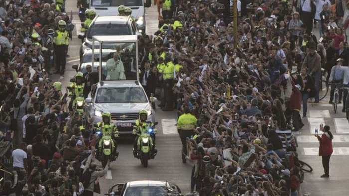 Paus Fransiskus Disambut Lambaian Sapu Tangan Putih dari Umat Katolik di Bogota