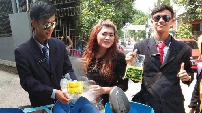 VIDEO: Pakai Jas dan Dasi, Penjual Tahu Goreng Jadi Idola 'Emak-emak', Omzetnya Melonjak