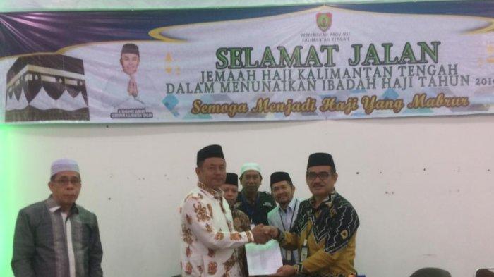 Jamaah Calon Haji Kalteng Diserahkan ke Petugas Embarkasi Banjarmasin di Banjarbaru