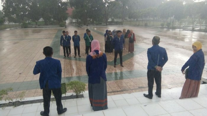 Luar Biasa! Diguyur Hujan, Kader PMII Ini Pilih Bertahan di Apel Hari Pahlawan