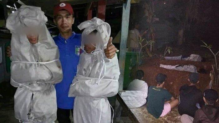 Pura-pura jadi Pocong Pakai Mukena Nenek untuk Takuti Warga, 2 Remaja Ini Dihukum Tidur di Kuburan