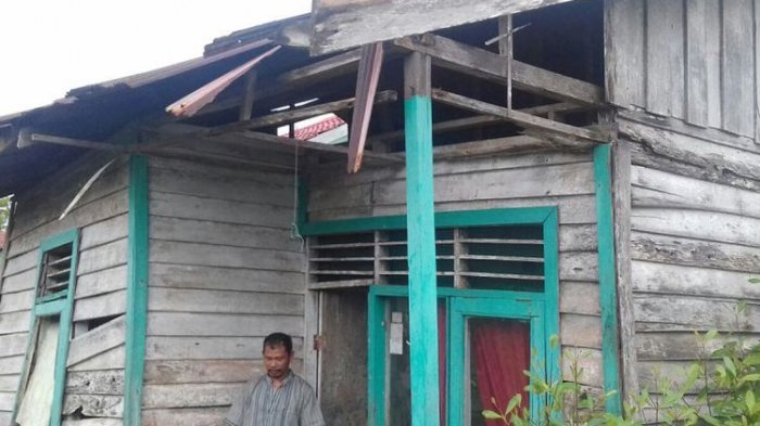 Menyedihkan! Rumah yang Nyaris Rubuh Jadi Tempat Tinggal Pasutri Guru di Kabupaten Terkaya Ini