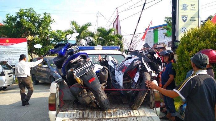 Tabrak Anggota TNI dan Polri, Sopir Taksi Gelap Digebuk Massa