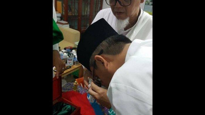 Wali Kota Banjarbaru Mencium Rambut Rasulullah di Ponpes Yasin Guntung Manggis, Fotonya Viral