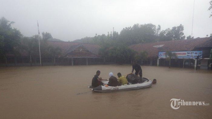 VIDEO: Aksi Dramatis Penyelamatan Truk dan Sopir Tenggelam Akibat Banjir Sungai Progo