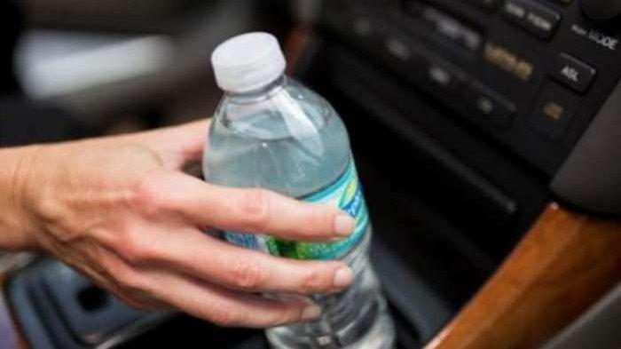 Tak Disangka, Tinggalkan Botol Air Dalam Mobil Bisa Picu Kebakaran! Begini Penjelasannya