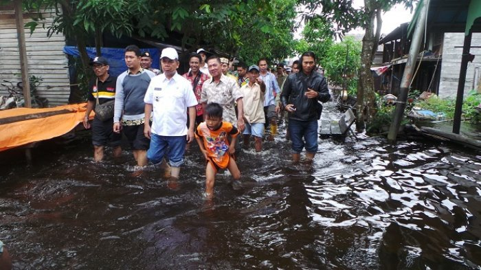 Tinjau Banjir di Dua Kecamatan, Bupati Kapuas Rela Berbasah-basah