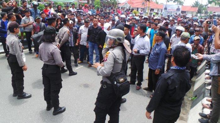 VIDEO: Aliansi Masyarakat Kapuas Gelar Demo, Dijaga Kawat Berduri