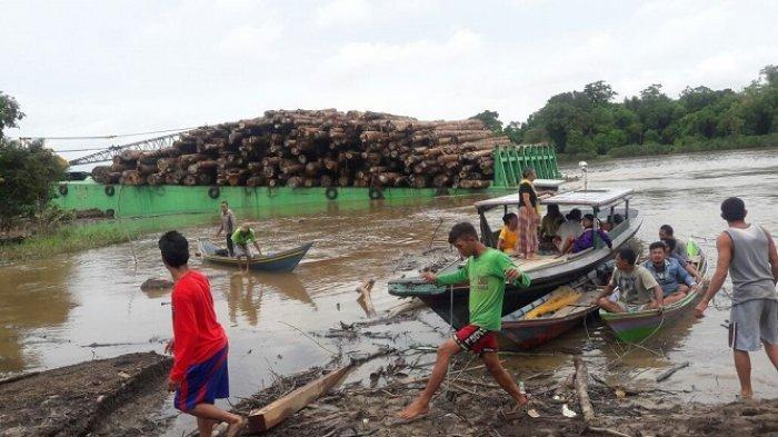 Kelotok Pecah Tabrak Tongkang Kayu, Anak dan Ayah Tenggelam di Sungai Barito