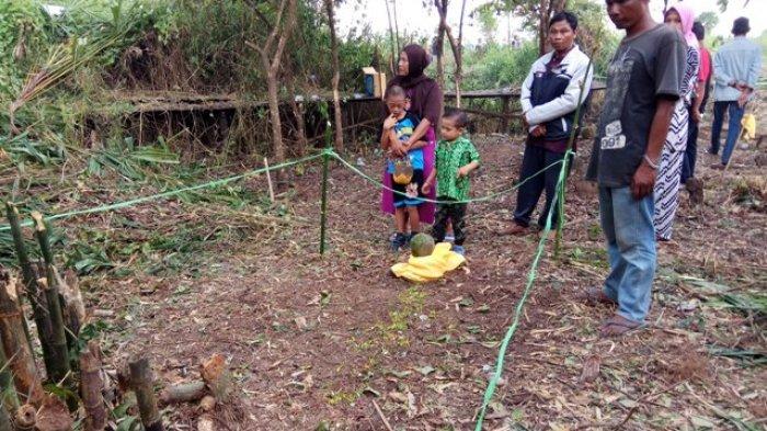 VIDEO: Makam Sepanjang 2,5 Meter Ini Tiba-tiba Muncul di Desa Telok Selong