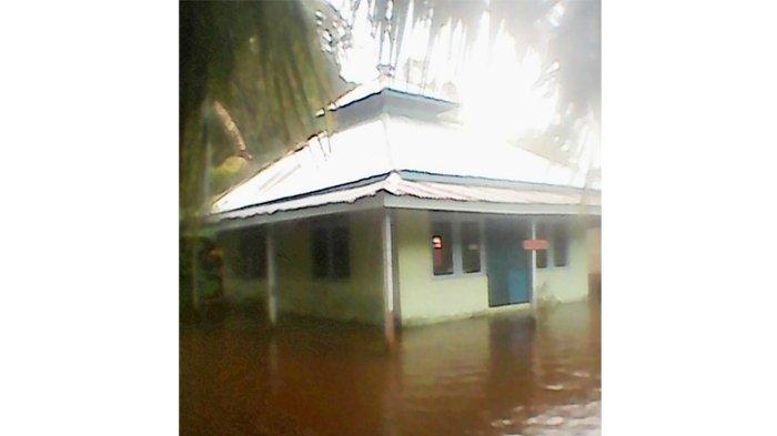 Masjid Desa Ikut Terendam, Warga Jumatan ke Tempat Lain