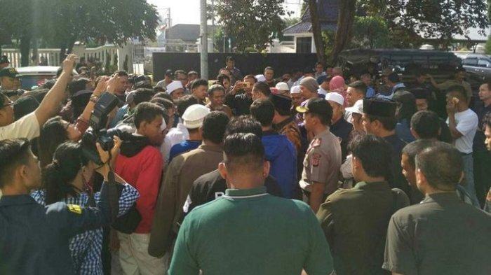 Meme Amien Rais dan Habib Rizieq Bikin Geram, Anggota DPRD Dikeroyok Warga Saat Minta Maaf