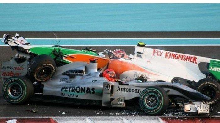 Detik-detik Kecelakaan F1 Abu Dhabi 2010, Mobil Michael Schumacher Tertindih Mobil Vitantonio Liuzzi