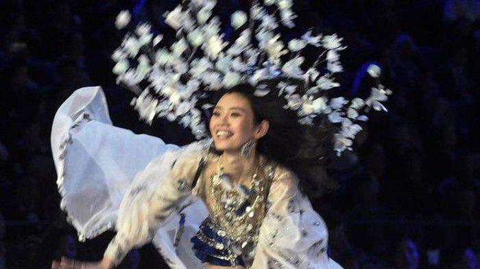 Ups! Bidadari Ini Jatuh di Panggung Fashion Show Victoria's Secret
