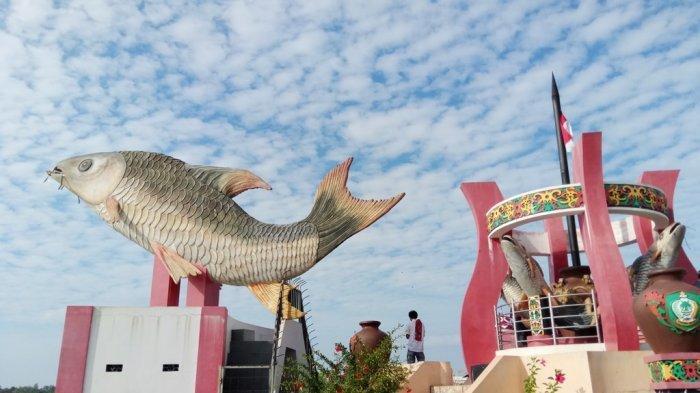 Menghadap Sungai Mentaya, Patung Ikan Jelawat, Ikon Kota Sampit Kotawingin Timur