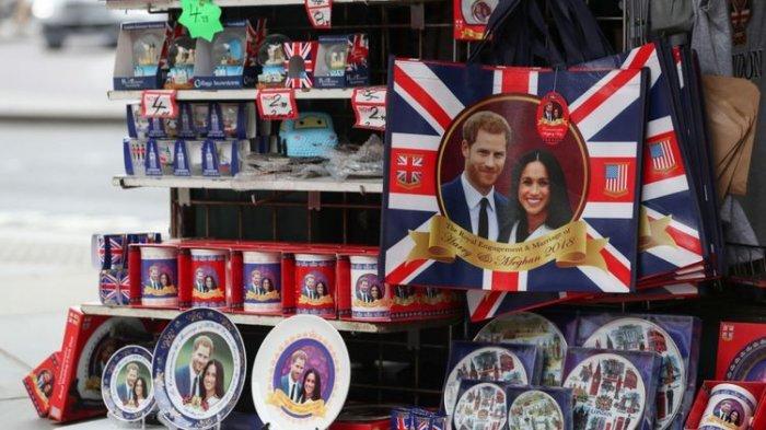 Pernik-pernik yang dijual untuk menandai pernikahan Pangeran Harry dan Meghan Markle, di sebuah toko di London.