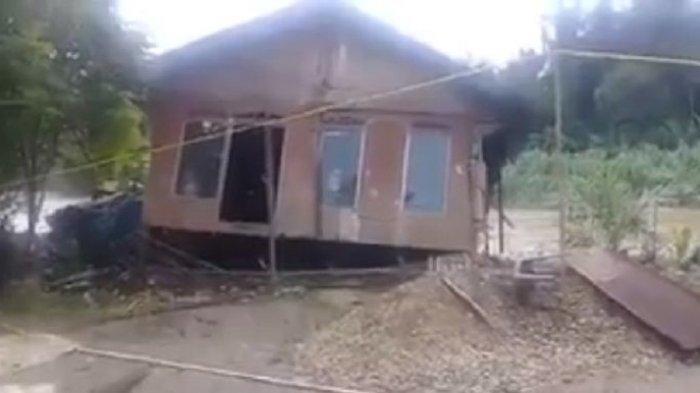 VIDEO: Mendebarkan! Ini Detik-detik Rumah Hanyut Terbawa Arus Banjir di Padang Batung HSS
