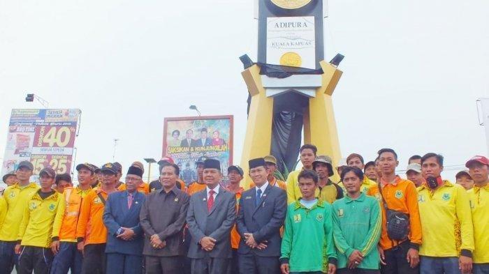Berada di Simpang Camuh Kualakapuas, Ini Tujuan Tugu Piala Adipura Kabupaten Kapuas Dibangun