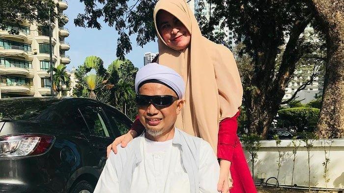 Usai Salat Subuh di Masjid, Ini Momen Ustaz Arifin Ilham Berjemur Didampingi Istri Pertama