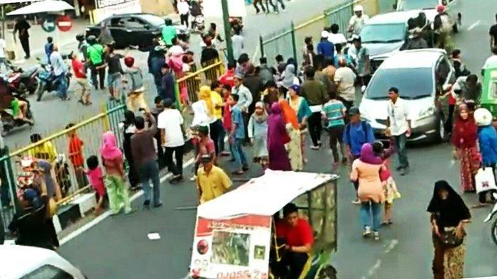 Uang Pecahan Rp 2.000 Dihamburkan dari Atas JPO, Warga Berebutan, Macet Pun Terjadi