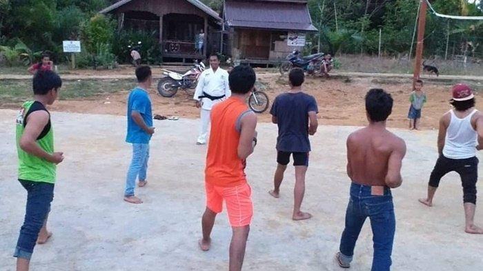 Pemuda di Desa Katanjung Kapuas Hulu Diajari Karate, Begini Kata Babinsa Koramil Sei Hanyo