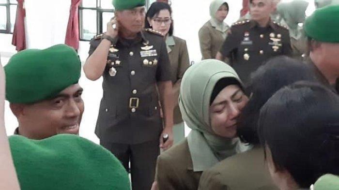 Dicopot dari Jabatan Dandim, Kolonel Hendi Peluk Istri, Sikap Ksatrianya Tuai Pujian