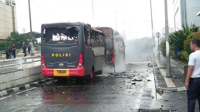 Giliran Kawasan Slipi Ricuh, Dua Bus Kepolisian Dibakar Massa