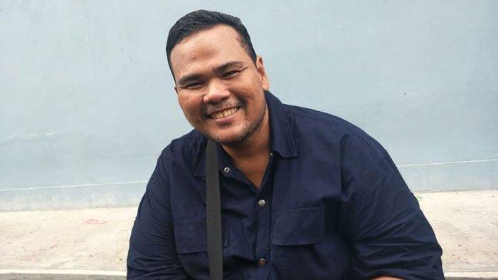 Usai Terkena Stroke, Fahmi Bo Pemeran di Tukang Ojek Pengkolan Kini Keliling Jualan Kue