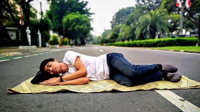 Bikin Ngakak! Foto Unik Netizen Saat Jakarta Lengang, dari Berkemah hingga Mandi di Tengah Jalan