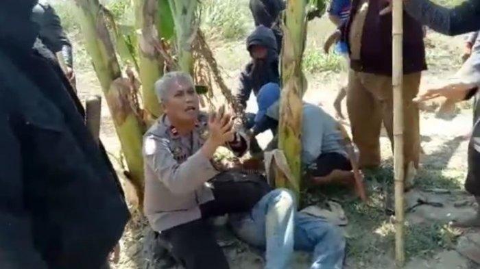 Kapolsek Bersimpuh di Depan Massa Bersenjata Golok Demi Nyawa Seorang Warga, Videonya Viral