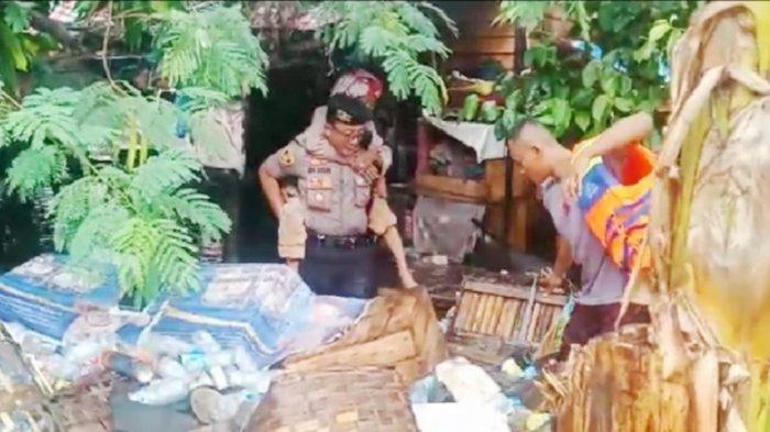 Aksi Kapolsek Pahandut Gendong Manula, Dievakuasi karena Rumah Terendam