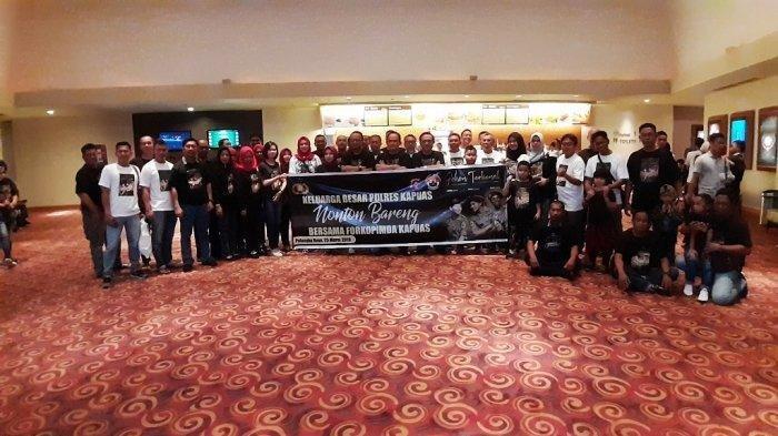 Bersama Forkopimda, Keluarga Besar Polres Kapuas Nonton Bareng Film Pohon Terkenal