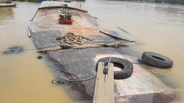 Tabrak Batang Kayu, KM Zahara Tenggelam di Pelabuhan Pasar Lama Buntok Kalteng