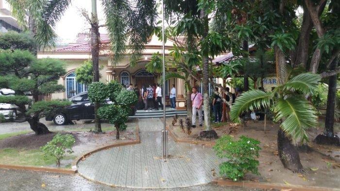 KPK Geledah Kantor DLH Provinsi Kepri Sampai Tengah Malam, Sita 2 Koper, 3 Pejabat Kadis Diperiksa