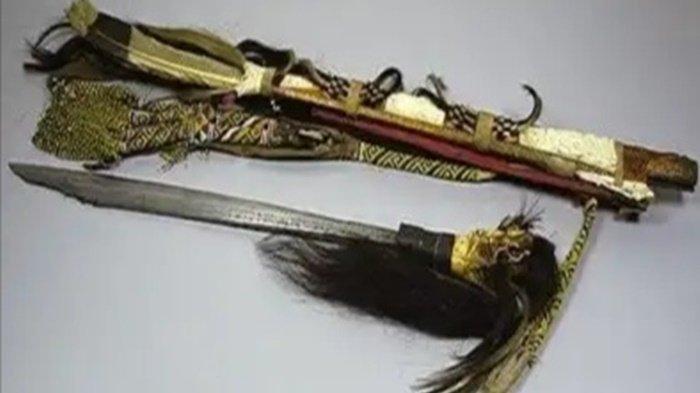 KaltengPedia : Mandau, Senjata Tradisional Suku Dayak Khas Kalimantan, Ini Maknanya