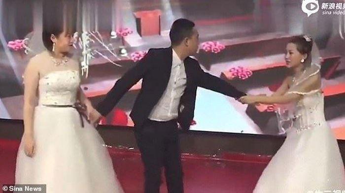 VIDEO:  Minta Balikan Saat di Pesta Pernikahan Sang Mantan, Tarik Menarik di Pelaminan