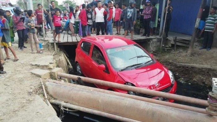 Bandar Narkoba Ditembak di Kepala oleh Polisi, Sang Istri Histeris, Mobil Terperosok ke Parit