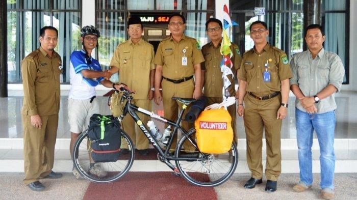 Singgah di Kota Kualakapuas, Pesepeda Solo dari Banjarmasin ke Pontianak Sempatkan Diskusi