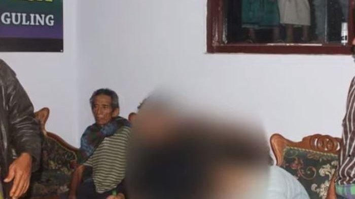 Warga Gerebek Rumah Bidan, Oknum Polisi Diarak Lalu Ditelanjangi Pakai Celurit