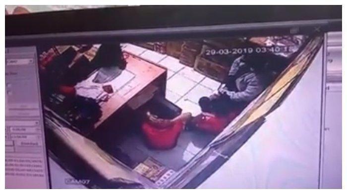 Video Viral Perampok Todongkan Pistol ke 2 Karyawan Minimarket, Begini Modusnya
