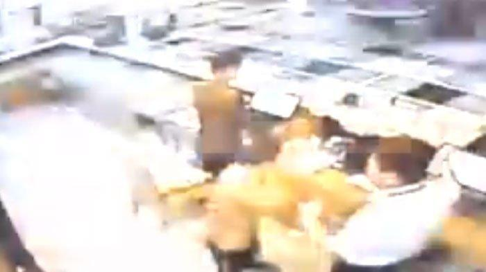 VIDEO: Pilot Lion Air Pukul Staf Hotel Surabaya Berkali-kali, Gara-gara Setrikaan Kurang Licin?