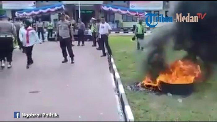VIDEO: Viral Polisi Nekat Bakar Ban di Mapolres, Demo Upah Pengamanan Pemilu
