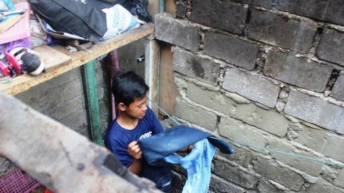 Remaja 17 Tahun Ini Rela Tidak Sekolah Demi Hidupi 3 Adiknya, Warga Lakukan Ini