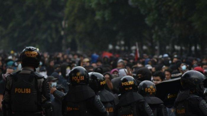 Demonstran Bentrok dengan Aparat di Bandung, Jalan Trunojaya Mencekam
