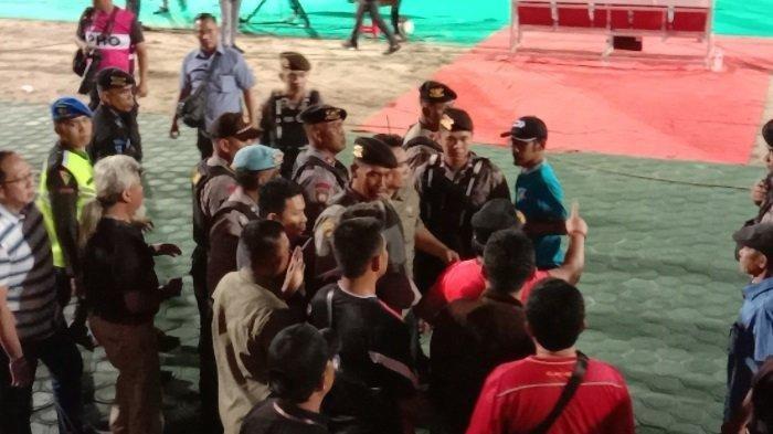 Insiden Jupe dan Kartu Merah Wanggai, Gubernur Sugianto Ikut Turun ke Lapangan Protes Wasit
