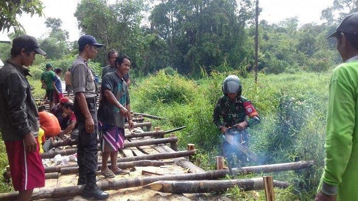 Antisipasi Air Sungai Rungan Meluap, Warga Marang Palangkaraya Mulai Bangun Titian