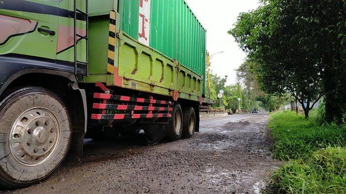 VIDEO Jalan Dalam Kota Sampit Rusak Parah, Armada Angkutan Barang Lebihi Kemampuan Jalan