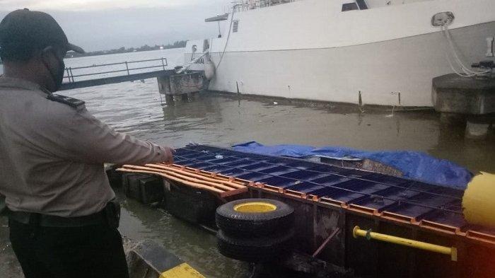 Gagal Naik KM Dharma Kartika IX , Truk Terguling di Dermaga Pelabuhan Trisakti Banjarmasin