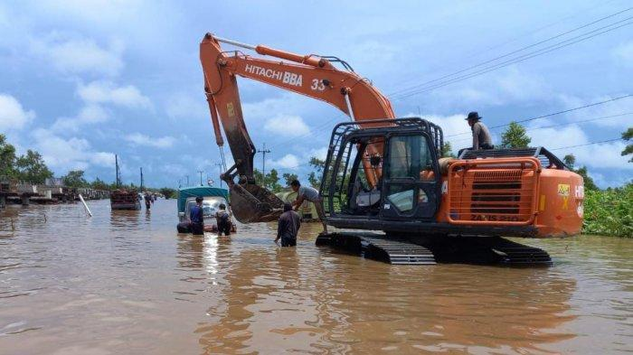 Jalan Trans Kalimantan Poros Tengah Desa Penda Barania Pulang Pisau, Kalimantan Tengah, mulai Minggu (12/9/2021) ditutup untuk kendaraan mobil, truk dan sejenisnya akibat banjir makin tinggi